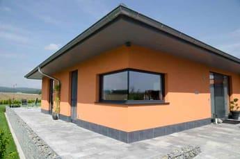 Haus mit Glanzglas-Eckfenster